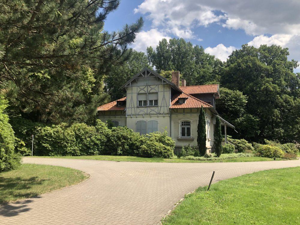 Wohnhaus des Friedhofsverwalters am Haupteingang des Friedhofs