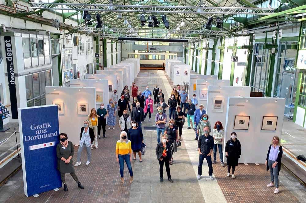 """Corona-gerechtes Gruppenfoto mit 48 Künstler*innen der Ausstellung """"Grafik aus Dortmund""""."""