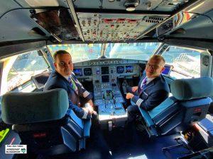 Base-Captain Peter Havasi (li.) und Radoslav Buchta im Cockpit einer der drei Witz-Air-Maschinen.