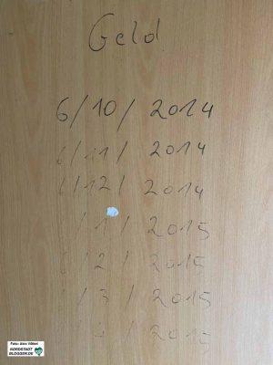 An einer der Wohnungstüren finden sich noch die Listen der Drückerkolonnen, die die Miete eingetrieben haben.