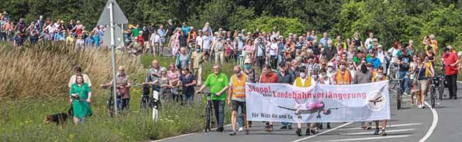 450 Menschen demonstrieren gegen Verlängerung der Start- und Landebahn – Wizz Air baut Standort Dortmund aus