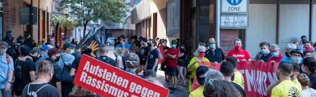 """""""Nein, ich gebe nicht auf!"""" – Antifaschist*innen demonstrieren gegen Wiedereröffnung von Thor Steinar-Laden in Dortmund"""