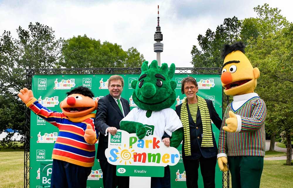 Ernie, August Wilhelm Albert, Vorstand der PSD-Bank, Peter Moneta, Bürgermeisterin Jörder und Bert freuen sich auf das Ferienprogramm. Foto: A. Steger