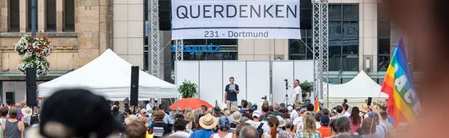 """Vom """"Querdenken"""" zum Querlenken: Impfgegner*innen demonstrieren mit Autokorso – Gegenprotest formiert sich"""