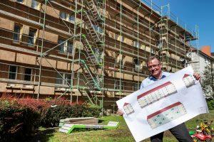 Bernhard Brümmer, Projektleiter DOGEWO21, mit dem neuen Farbkonzept für die Fassade. Foto: Oliver Schaper