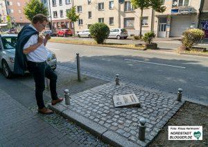 CDU-OB-Kandidat Dr. Andreas Hollstein am Tatort und der Gedenktafel für den vom NSU ermordeten Kioskbesitzer Mehmet Kubaşık in der Nordstadt. Foto: Klaus Hartmann