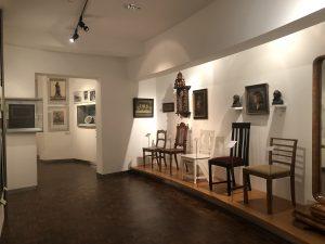 """Stuhlreihe im Ausstellungsbereich """"Die Neue Stadt"""" im Museum für Kunst und Kulturgeschichte (MKK), Dortmund"""