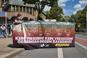 Die Demo durfte nicht vom Platz der Alten Synagoge starten - die Teilnehmenden mussten in Kleingruppen Richtung Hauptbahnhof laufen.