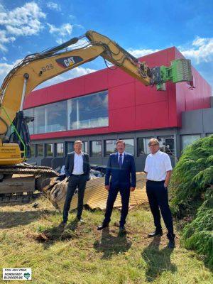 Stellten sich vor dem Bagger auf - stolz, nicht aus Protest: Jörg Jacoby (Geschäftsführer d-Port 21), Hafen-Chef Uwe Büscher und Ludger Schürholz (Geschäftsführer d-Port 21).