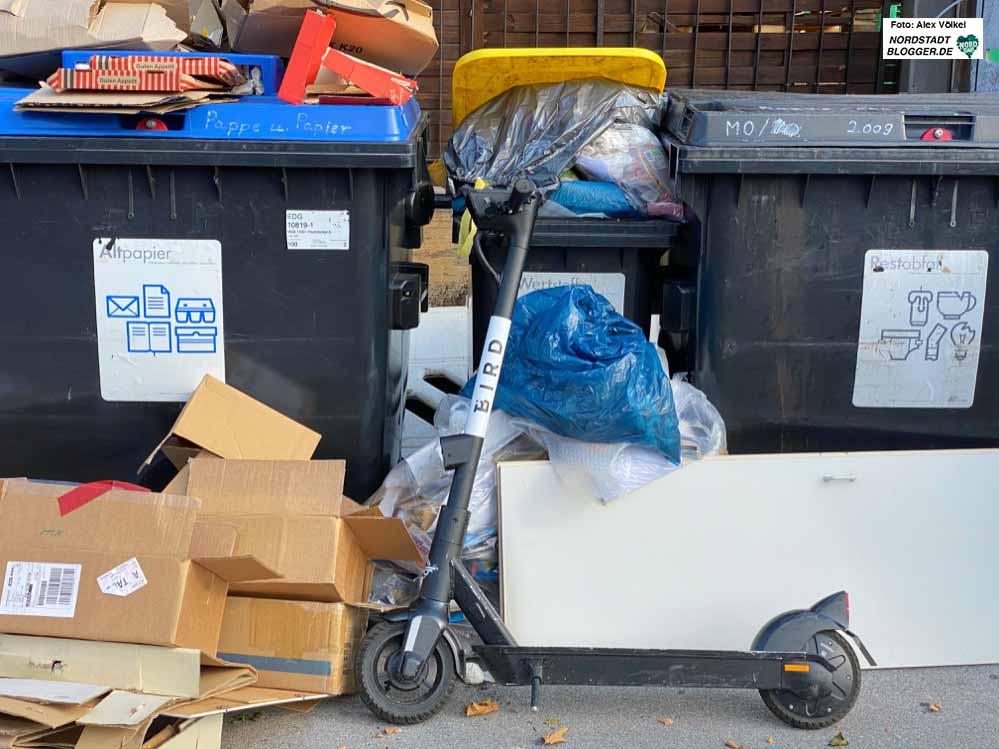 Ein symbolisches Bild: Ein E-Scooter auf dem Abfall. Viele Anwohnerinnen nicht nur am Phoenixsee haben den Kaffee auf. Archivfotos: Alex Völkel