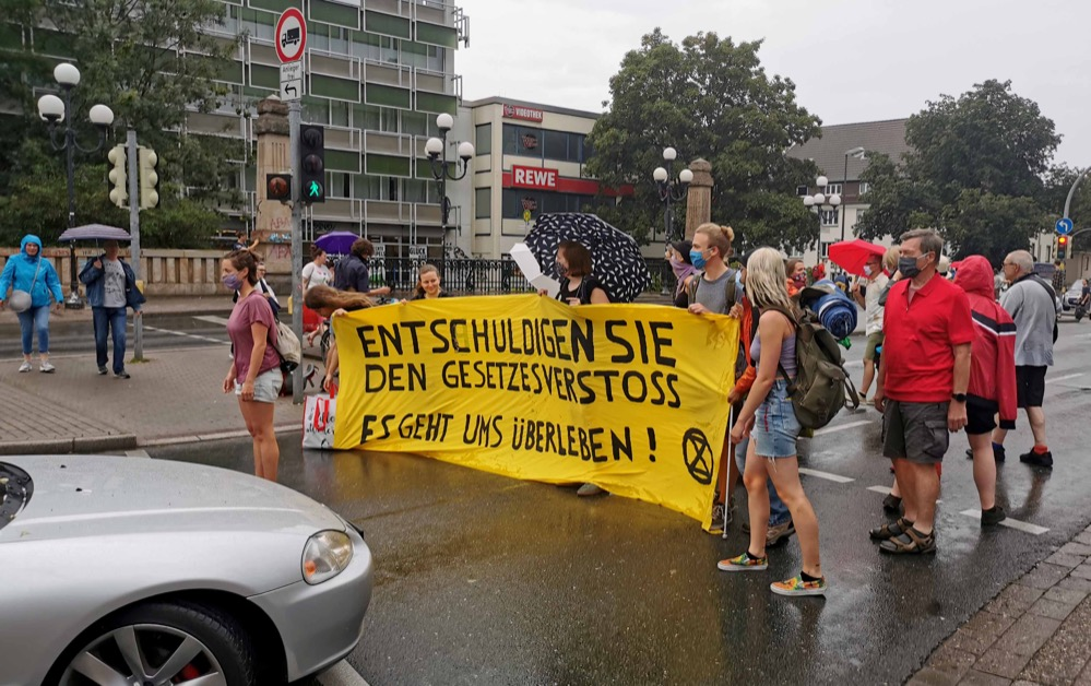 """Die3 Aktivist*innen von """"Extinction Rebellion"""" besetzten heute die Möllerbücke. Fotos: Claus Stille"""