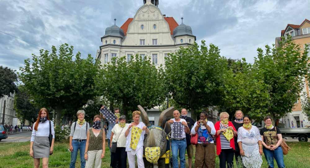 Gruppenbild der Akteur*innen und der fleißigen Näher*innen mit Hoppy auf dem Borsigplatz. Fotos: Alex Völkel
