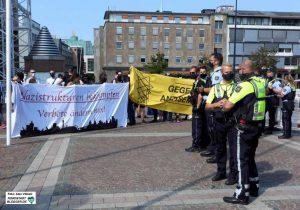 Zunächst gab es eine friedliche Spontankundgebung gegen die angemeldete Versammlung der Neonazis.