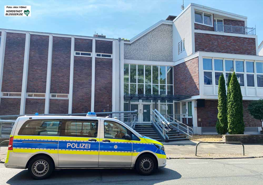 Polizeischutz vor der Synagoge - leider seit Jahren traurige Normalität. Foto: Alex Völkel