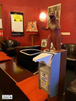 Godzilla wacht über den Desinfektionsmittelspender - Kino in Zeiten von Corona.