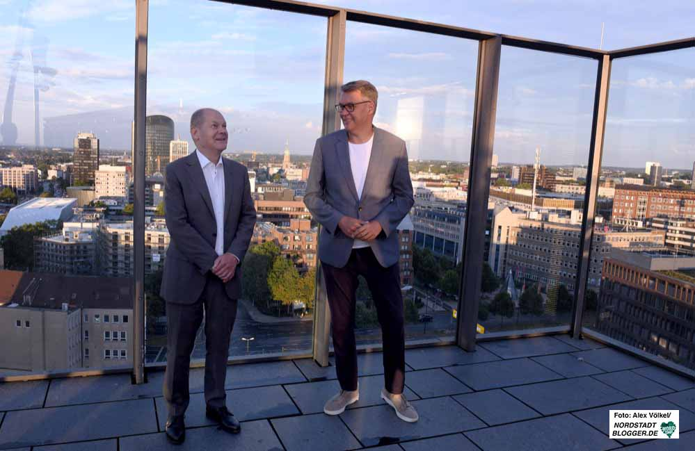 Bundeswirtschaftsminister und Vizekanzler Olaf Scholz - hier mit Thomas Westphal - zeigte sich vom Strukturwandel und vom Dortmunder U beeindruckt.