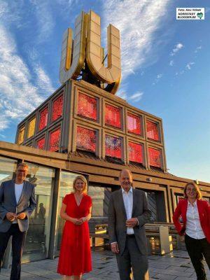 """Thomas Westphal, Sabine Poschmann, Olaf Scholz und Nadja Lüders bauten sich vor der """"Kathedrale des Strukturwandels"""" auf."""
