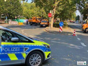 Weiträumig abgesperrt wurde der Bereich der Stolpersteinverlegung. Der Verkehr auf der Leopoldstraße kam zum Erliegen.