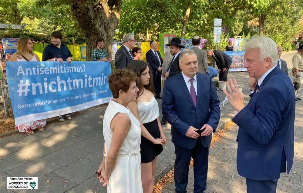 OB Ullrich Sierau begrüßte die iraelischen Gäste in der Nordstadt - im Hintergrund setzen die Botschafter*innen der Erinnerung Zeichen. Fotos: Alex Völkel