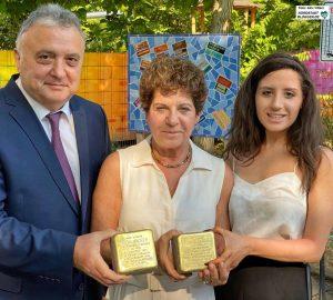 Der israelische Botschafter Jeremy Issacharoff, Ehefrau Laura Kam und Tochter Ella wohnten der Stolperstein-Verlegung bei.