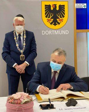 In den Räumen der Jüdischen Gemeinde trug sich der Botschafter in das Goldene Buch der Stadt Dortmund ein.