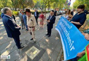 Die Botschafter*innen der Erinnerung beeindruckten den israelischen Botschafter und seine Familie.