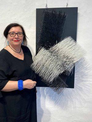 Eva Witter-Mante in ihrer Ausstellung im Torhaus Rombergpark. Foto: Susanne Henning