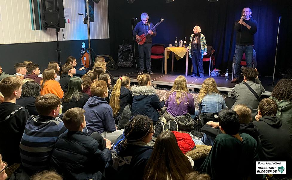 Kurz vor dem Lockdown standen Kutlu Yurtseven mit Esther Bejarano und ihrem Sohn Joram im Jugendzentrum an der Schweizer Allee in Aplerbeck auf der Bühne. Foto: Alex Völkel