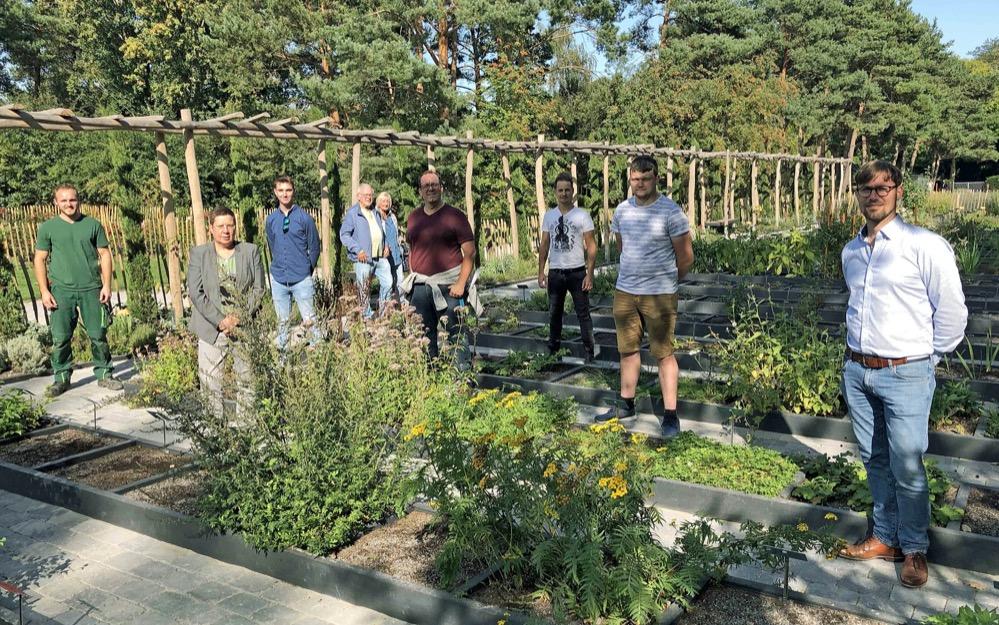 Stadträtin Birgit Zörner (2. von rechts) und Direktor Dr. Patrick Knopf (Mitte) eröffneten den Garten, den Auszubildende des Geschäftsbereichs. Fotos: Joachim vom Brocke