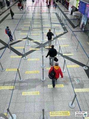 Wer sich auf eine Flugreise begibt, muss mit Einschränkungen rechnen - nicht nur am Flughafen. Foto: Alex Völkel