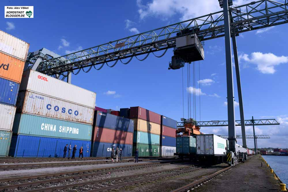 Der Container-Umschlag gehört mittlerweile zu den wichtigsten Standbeinen des Dortmunder Hafens. Foto: Alex Völkel