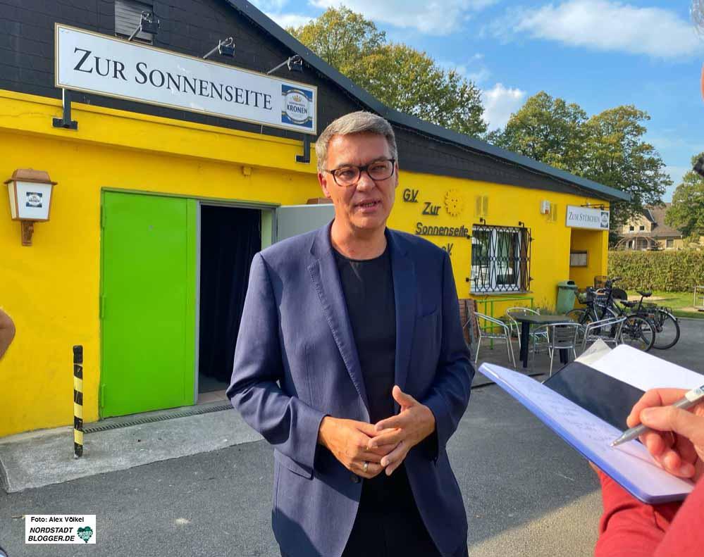 SPD-OB-Kandidat steht in traditionellem Ambiente den Journalisten Rede und Antwort. Fotos: Alex Völkel