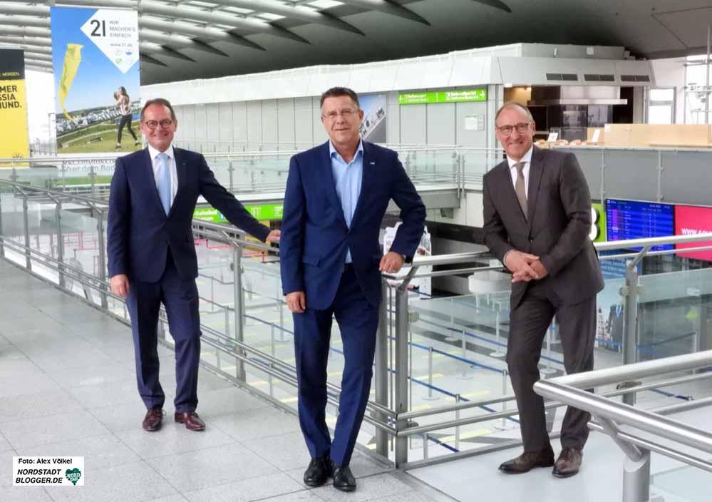 DSW21-Chef Guntram Pehlke (Mitte) verabschiedete den scheidenden Flughafen-Geschäftsführer Udo Mager (li.) und hieß den neuen Chef Ludger van Bebber (re.) in Dortmund willkommen. Fotos: Alex Völkel