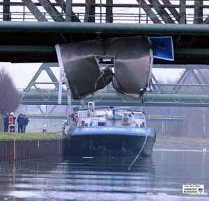 Schiffsunfall: Nach dem Entladen hatte dieser Binnenschiffer zu viel Auftrieb und sich den (ausgefahrenen) Dachaufbau an einer Brücke abgerissen. Archivbild: Alex Völkel