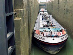 Der Einsatz von Tankschiffen ist durch LKW kaum zu kompensieren - gleiches gilt für den Transport von Schüttgut und Recyclingmaterial. Foto: Hafen AG