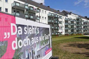 Vor den Gebäuden sind die Motive plakatiert und lösen Diskussionen aus.