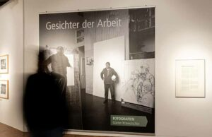 """Einblick in die Fotoausstellung """"Gesichter der Arbeit"""" in der DASA. Foto: Andreas Wahlbrink"""