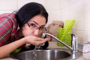 Was viele falsch einschätzen: Nicht das Trinken, sondern das Einatmen von Legionellen-haltigen Wassertröpfchen ist gefährlich. Foto: AOK/hfr.