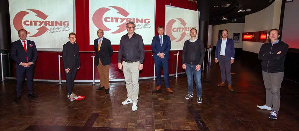 Tobias Heitmann (4.v.l.), Geschäftsführer der Galerie Zimmermann & Heitmann GmbH, wurde zum neuen Cityring-Vorstandsvorsitzenden gewählt. Als sein Stellvertreter fungiert von nun an Paul Spielhoff (3.v.r.), Geschäftsführer der Wim Gelhard GmbH. Ebenfalls neu im Vorstand sind Dr. Robert Jung (4.v.r.), Partner in der Wirtschaftskanzlei Spieker & Jaeger, sowie Ute Gemmeke (2.v.l.), Geschäftsstellenleiterin des Schuhhauses Vogelsang. Im Vorstand verbleiben werden Franz van Bremen (3.v.l.), Pianohaus H. van Bremen GmbH & Co. KG, Jürgen Wallinda-Zilla (2.v.r.), Geschäftsführer der Zilla Medienagentur GmbH, Holger Schmidt (r.), Geschäftsführer der Lifestyle & Friends Agentur für Kommunikation GmbH, sowie auch Dirk Rutenhofer (l.). Fotovermerk: Jan Heinze