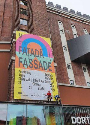 Das Banner für die HMKV-Ausstellung Faţadă/Fassade wurde schon am Dortmunder U aufgehangen. Foto: HMKV