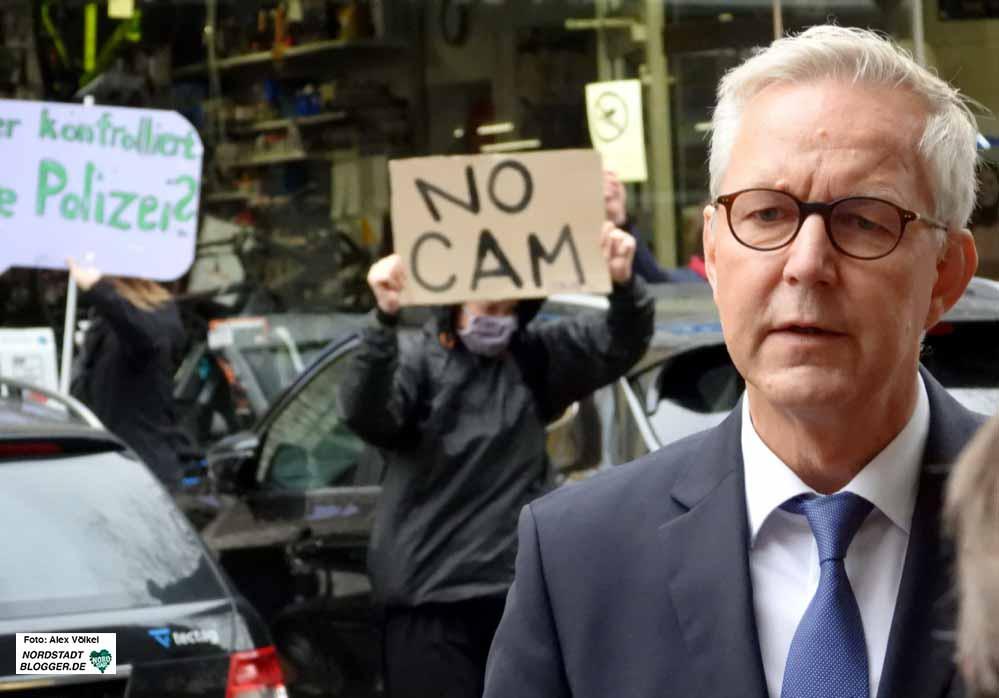 Die Einführung der Videobeobachtung stößt nicht nur auf Gegenliebe - Demonstrant*innen hinter Polizeipräsident Gregor Lange.