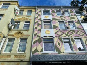 Diese Fassade an der Schleswiger Straße 31 wurde künstlerisch gestaltet.