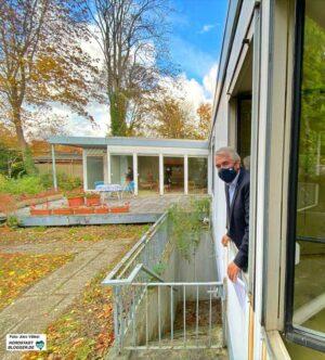 Noch guckt Wolfgang E. Weick aus dem Stahlhaus in den Garten - viel lieber würde er von dort aufs Hoesch-Museum blicken.