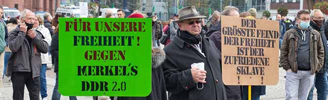 """1.100 """"Querdenker*innen"""" demonstrieren mit Masken – Anzeigen wegen gefälschter Atteste und Volksverhetzung"""
