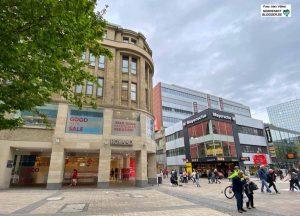 Nach dem Umzug der Mayerschen Buchhandlung ins das bisherige Schuhhaus Roland steht eine Schlüsselimmobilie leer. Foto: Alex Völkel