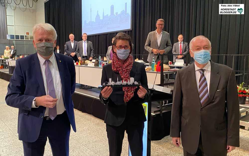 Der scheidende Oberbürgermeister verabschiedet die scheidenden Bürgermeister*innen Birgit Jörder und Manfred Sauer. Fotos: Alex Völkel