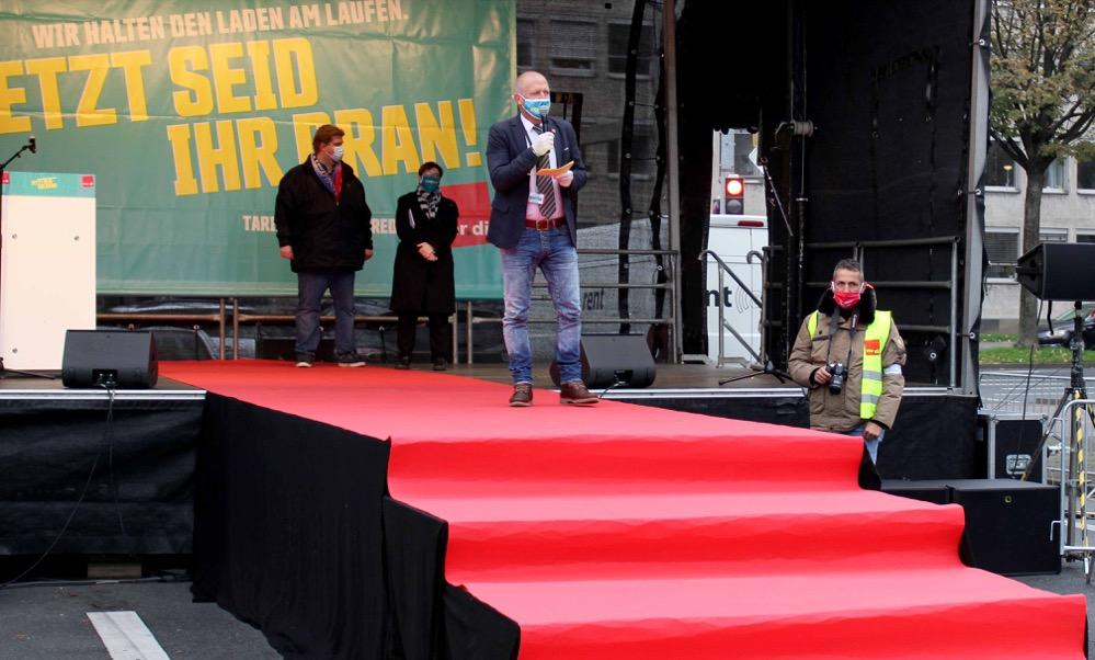 Die Gewerkschaft ver.di rollte den Beschäftigten aus dem Öffentlichen Dienst, die auch während des Lockdowns arbeiteten, den roten Teppich aus. Fotos: Claus Stille