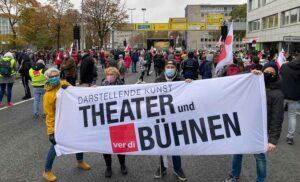 Viele Bereiche des öffentlichen Dienstes gingen auf die Straße - auch Beschäftigte des Stadttheaters. Foto: Fabian Trelle