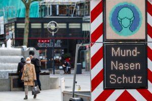 Das Tragen eines Mund-Nasen-Schutzes ist in vielen Fußgängerzonen mittlerweile Vorschrift. Foto: Karsten Wickern