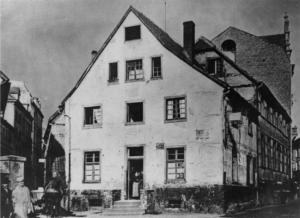 Das Foto zeigt das Wohnhaus der Töpferfamilie Borbein an der Straße Helle, die Töpferwerkstatt befand sich rückwärtig zum Burgwall hin.